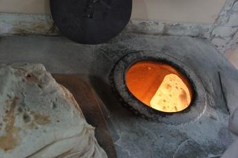 Das Lavash wird in der Innenseite des Ofens gebacken