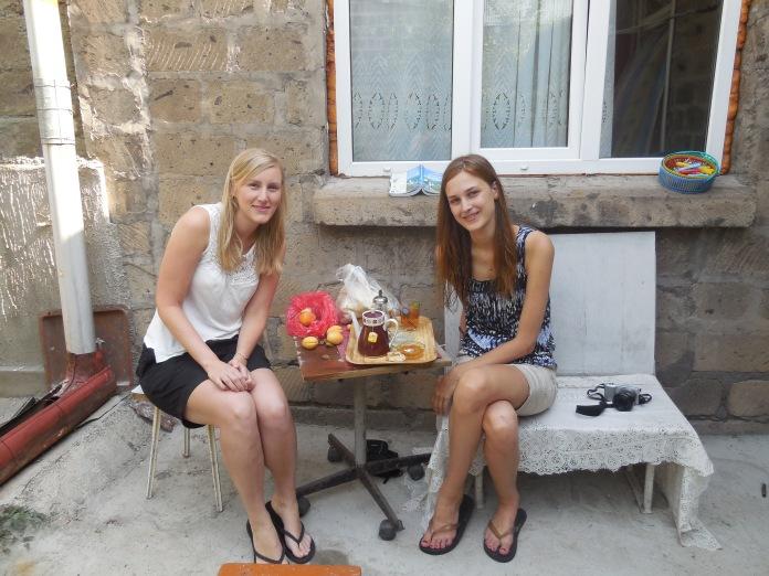 Frische Aprikosenmarmelade und Tee
