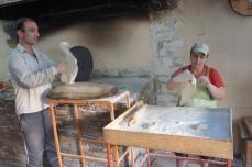 In der Bäckerei wird das traditionelle Lavash-Brot gebacken