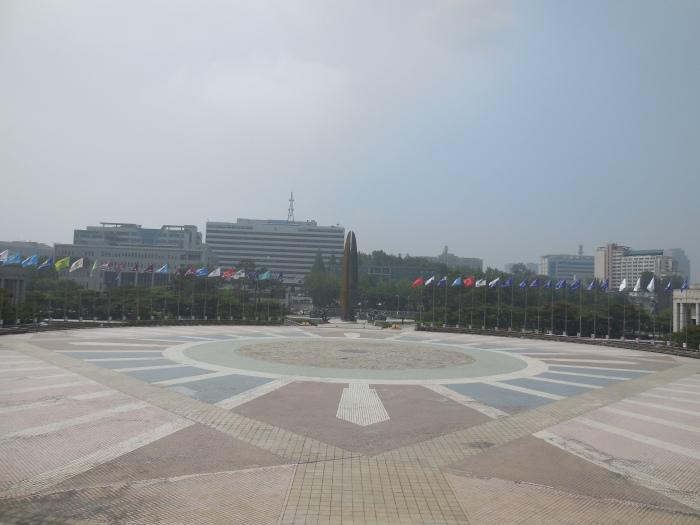 Platz vor dem Kriegsmuseum in Seoul