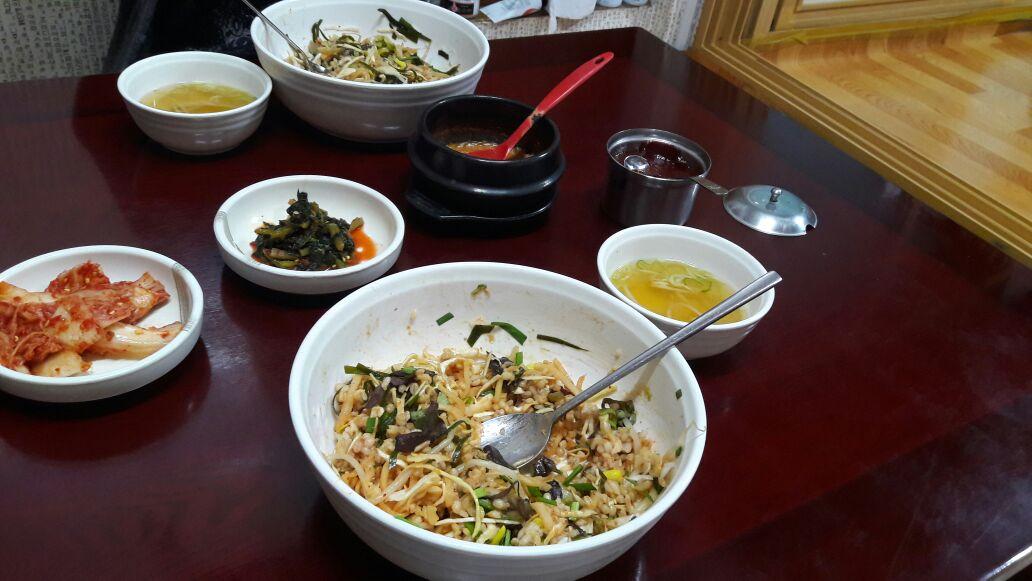 Bibimbap (vorne) und Kimchi (links)